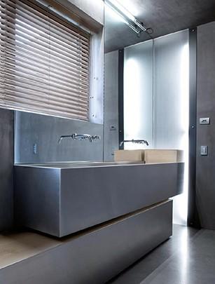 Жалюзи из искусственного дерева в ванной комнате