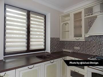 Рулонные шторы день-ночь на кухне в открытом состоянии