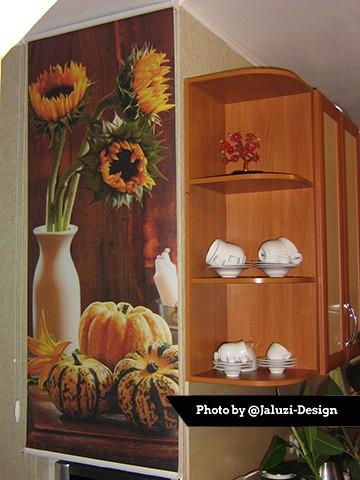Рулонные шторы с фотопечатью подсолнух на кухне
