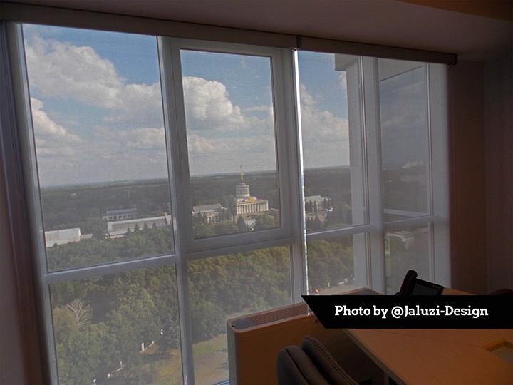 Рулонные шторы с тканью Скрин в офисе компании Cooper&Hunter