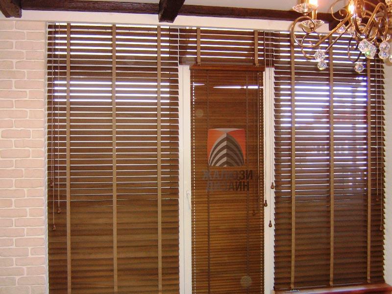 Деревянные жалюзи 25мм и 50мм с тесемочной лесенкой на окне