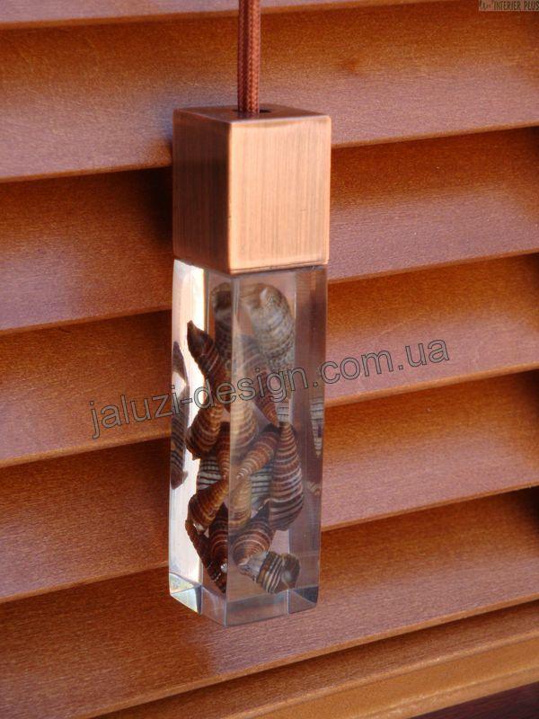 Дизайнерский грузик М размер на горизонтальных деревянных жалюзи