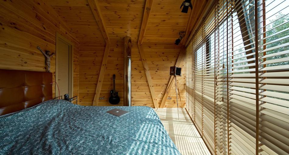 Стеклянная стена в спальне в Доме Джека