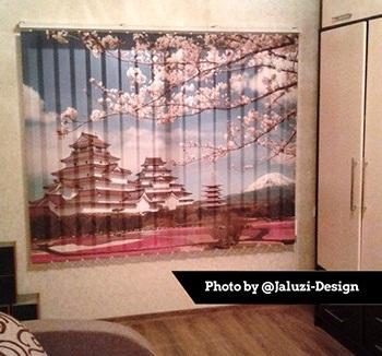 Японский храм и сакура