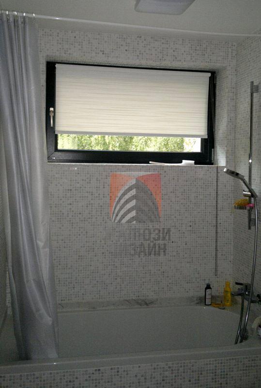 Рулонная штора из ткани Аква на окне в ванной комнате