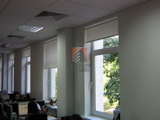 Рулонные шторы в офисе от компании Жалюзи-Дизайн