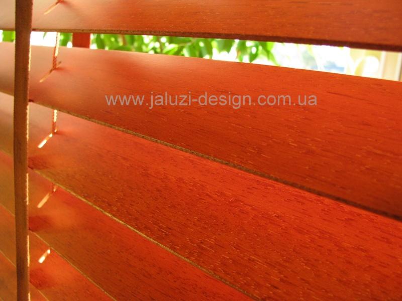 Ярко выраженная структура ламелей видна на деревянных жалюзи из древесины Абачи (Abachi))