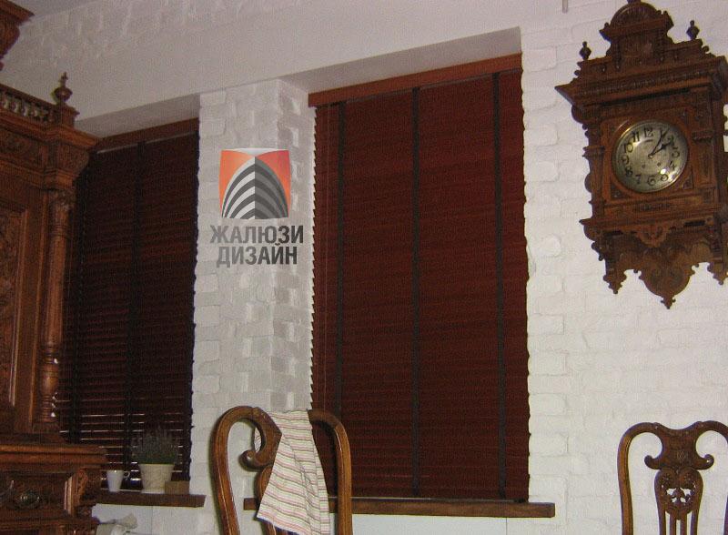 Деревянные жалюзи с шириной ламели 50 мм установлены в проем окна