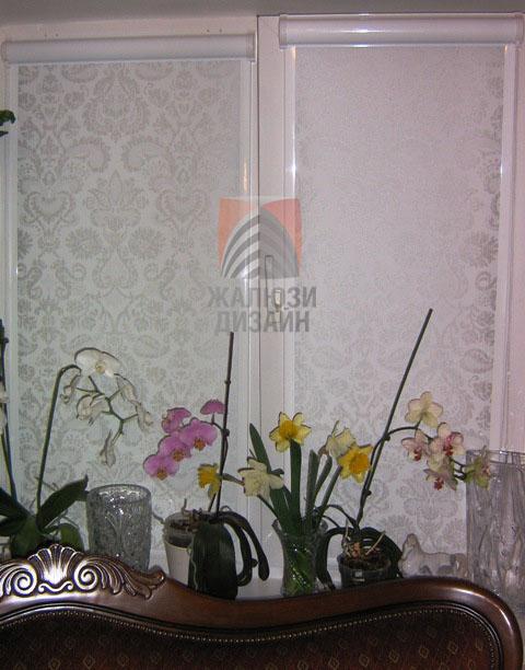 Орхидеи на окне с рулонными шторами коробового типа