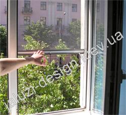 Ролетная противомоскитная сетка на окне
